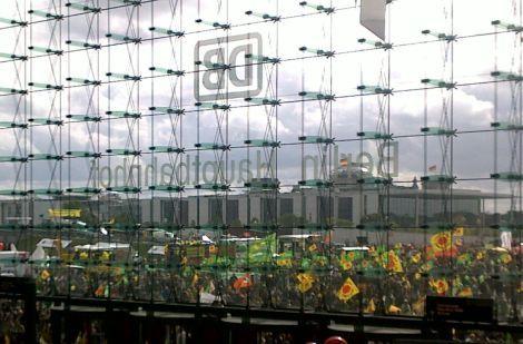 Blick aus dem Berliner Hauptbahnhof Richtung Reichstag zur Anti-Atom-Demo in Berlin am 18.09.2010