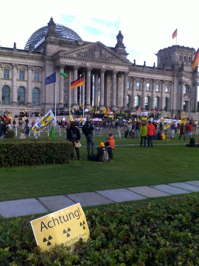 """""""Achtung! Demokratiefreie Zone"""" vor dem Reichstag in Berlin zur Anti-Atom-Demo am 18.09.2010"""