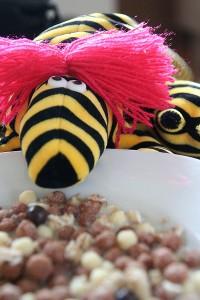 Hildi am Müsli-Teller mit Knusper-Bällen und 4-Korn-Flocken