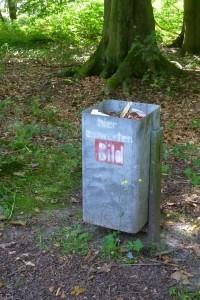 """""""hier einwerfen – Bild"""" auf einem Mülleimer"""
