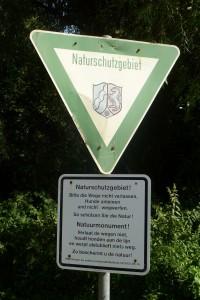 """""""Naturschutzgebiet! Bitte die Wege nicht verlassen, Hunde anleinen und nicht wegwerfen. So schürtzen Sie die Natur!"""""""