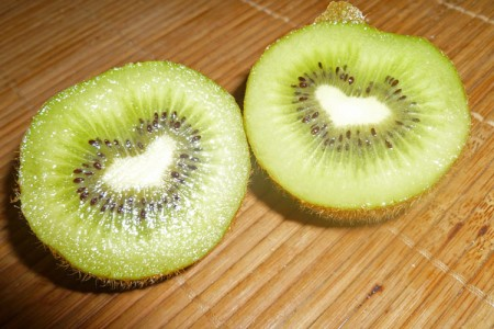 Herzform in einer aufgeschnittenen Kiwi